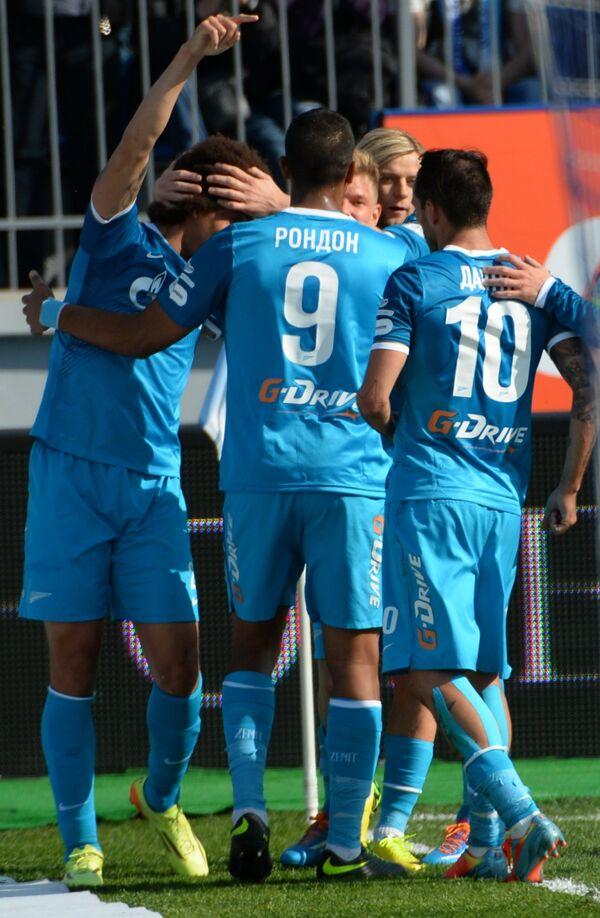 Футболисты Зенита радуются голу, забитому в ворота Волги