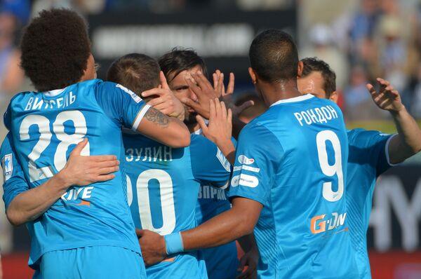 Футболисты Зенита празднуют гол в ворота Волги в матче 27-го тура чемпионата России по футболу