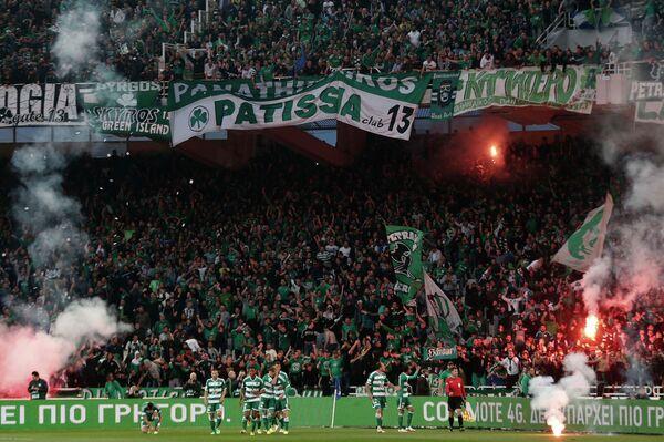 Футболисты и болельщики Панатинаикоса