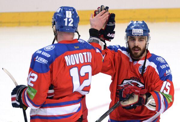Игроки ХК Лев Иржи Новотны (слева) и Джастин Азеведу