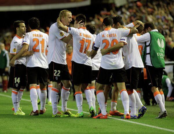 Футболисты Валенсии поздравляют Жереми Матье (третий слева) с забитым мячом в ворота Севильи
