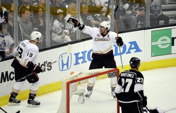 Хоккеисты Анахайма Ник Бонино и Теему Селянне радуются заброшенной шайбе в ворота Лос-Анджелес Кингз