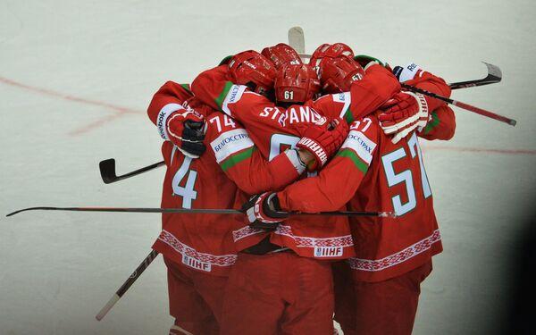 Игроки сборной Белоруссии радуются забитому голу