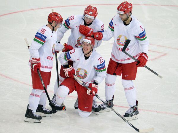 Хоккеисты сборной Белоруссии радуются забитому голу в ворота швейцарцев