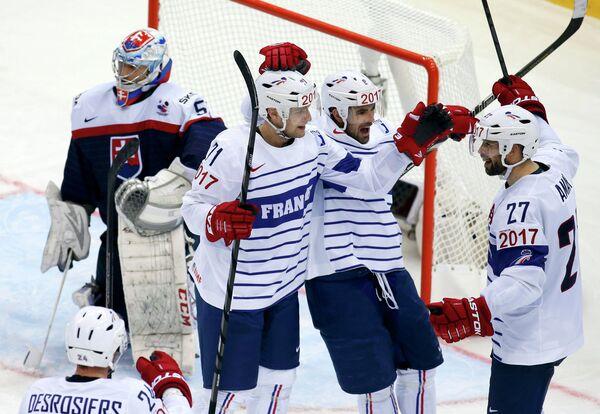 Хоккеисты сборной Франции радуются заброшенной шайбе Баптиста Амара в ворота словаков