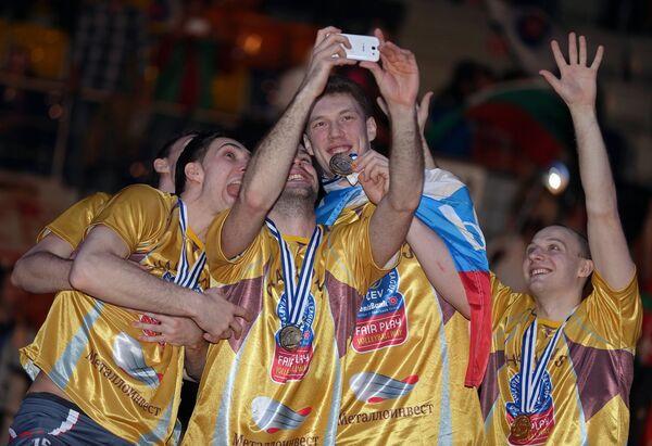 Игроки волейбольного клуба Белогорье делают селфи после победы в Лиге чемпионов