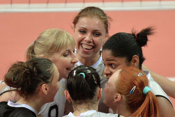 Волейболистки Омички Наталья Маммадова, Анастасия Шляховая и Нэнси Каррильо (слева направо)