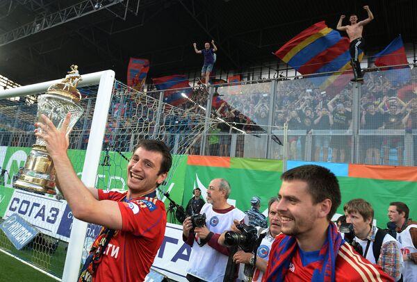 Алан Дзагоев и Георгий Щенников (слева направо) с кубком чемпионата России по футболу