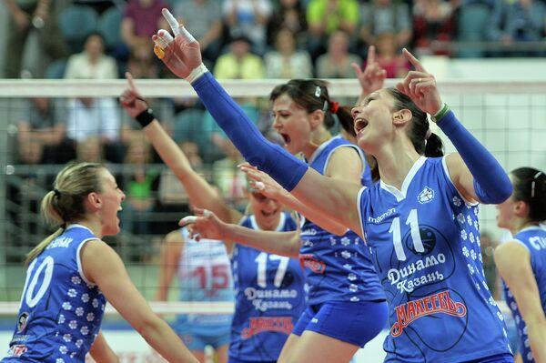Волейболистки Динамо-Казань радуются победе