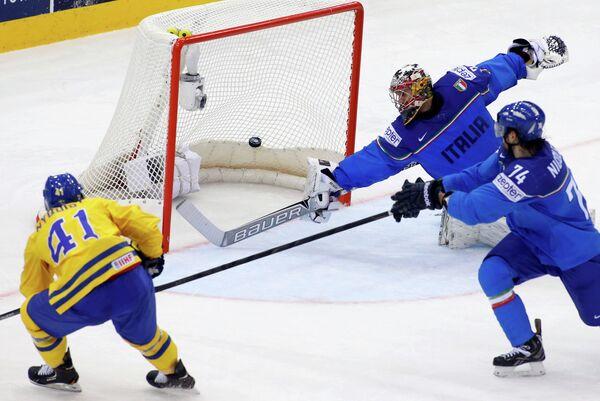 Игровой момент матча Швеция - Италия