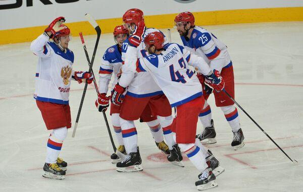 Хоккеисты сборной России радуются голу