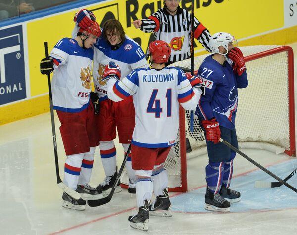 Хоккеисты сборной России Евгений Малкин, Виктор Тихонов и Николай Кулемин радуются забитому голу