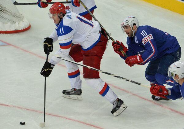 Нападающий сборной России Евгений Малкин (слева) и защитник сборной Франции Лоран Менье