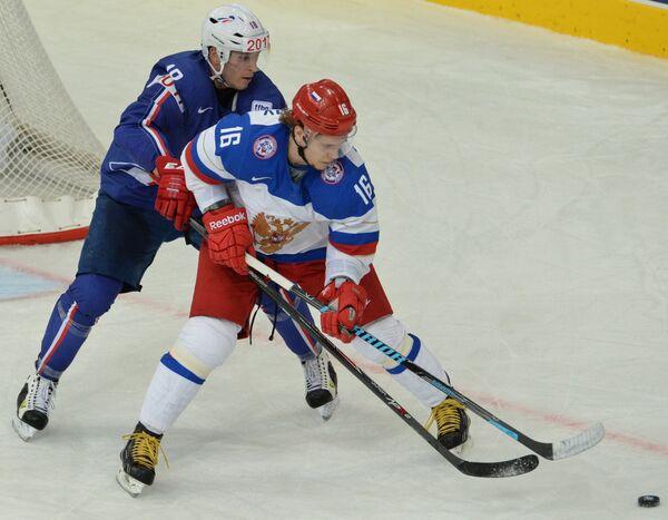 Нападающий сборной России Сергей Плотников (справа) и защитник сборной Франции Йоанн Овитю