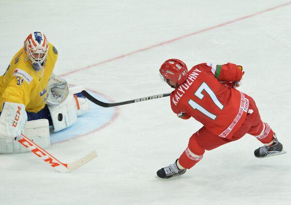 Вратарь сборной Швеции Андерс Нильссон (слева) и нападающий сборной Белоруссии Алексей Калюжный