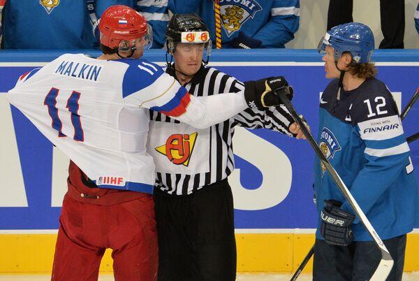 Нападающий сборной России Евгений Малкин (слева) и форвард сборной Финляндии Олли Йокинен