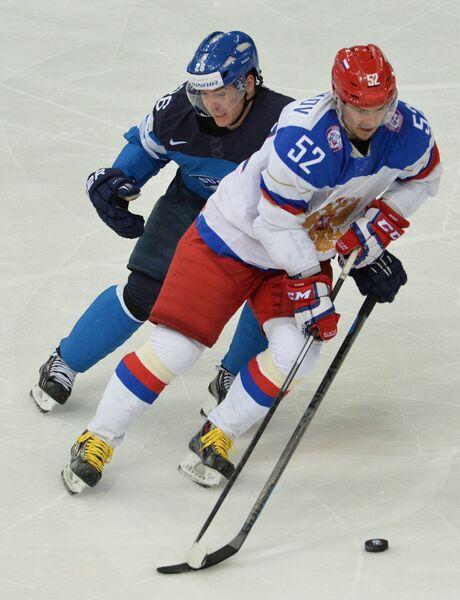 Форвард сборной Финляндии Яркко Иммонен (слева) и нападающий сборной России Сергей Широков