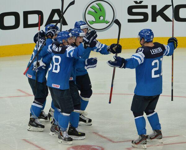 Игроки сборной Финляндии радуются забитой шайбе