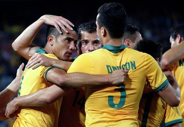 Футболисты сборной Австралии радуются забитому мячу Тима Кэхилла