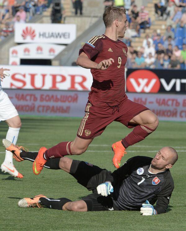 Нападающий сборной России Александр Кокорин (вверху) и вратарь сборной Словакии Ян Муха