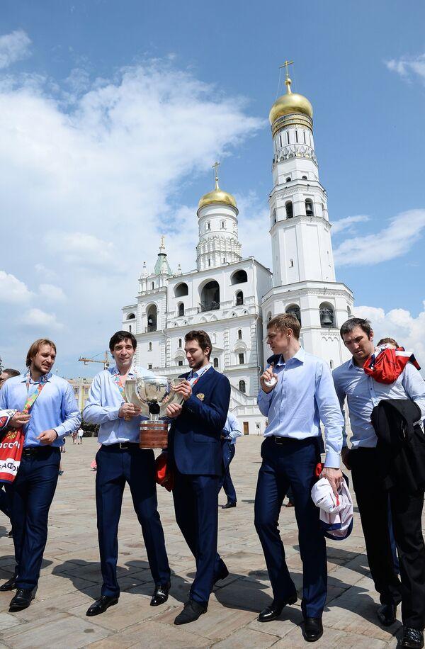 Андрей Зубарев, Данис Зарипов (слева) и Александр Овечкин, Евгений Медведев (справа налево)