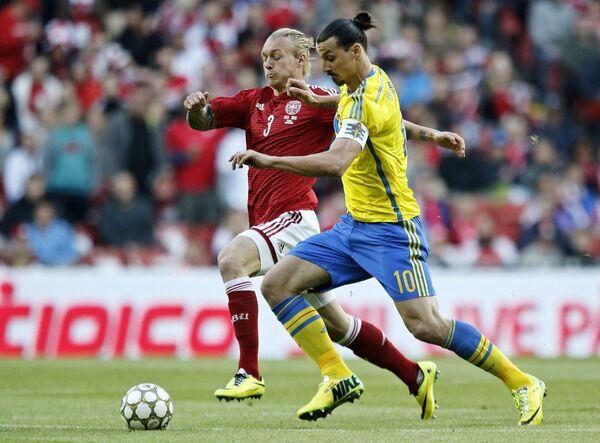 Защитник сборной Дании Симон Кьяер и форвард шведов Златан Ибрагимович (слева направо)