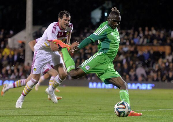 Форвард сборной Нигерии Уче Нвофор (справа) в матче против шотландцев
