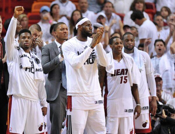 Баскетболисты Майами во главе с Леброном Джеймсом (в центре)