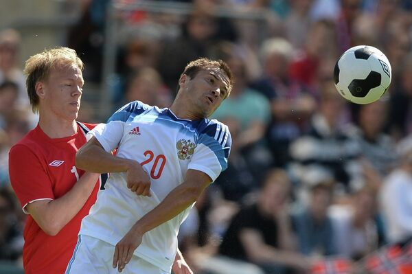 Нападающий сборной Норвегии Хавард Нильсен и полузащитник сборной России Виктор Файзулин (слева направо)