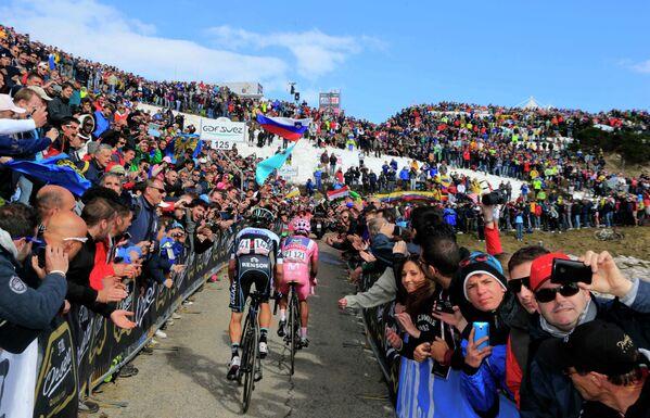 Велогонщики Ригоберто Уран и Наиро Кинтана (слева направо) во время 20-го этапа веломногодневки