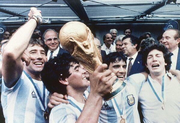 Футболисты сборной Аргентины. С кубком - Диего Марадона, 1986 год