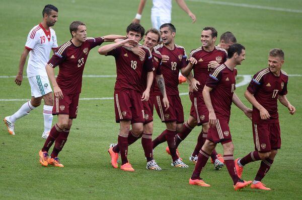 Игроки сборной России радуются забитому голу Юрия Жиркова