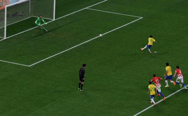 Форвард сборной Бразилии Неймар пробивает пенальти в ворота голкипер хорватов Стипе Плетикосы