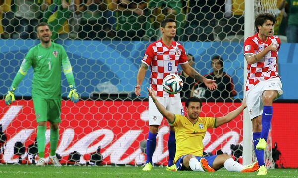 Бразильский нападающий Фред апеллирует к арбитру, после нарушения правил со стороны защитника сборной Хорватии Деяна Ловрена (в центре)