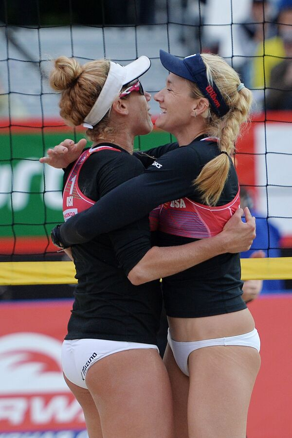 Игроки сборной США по пляжному волейболу Эйприл Росс (слева) и Керри Уолш