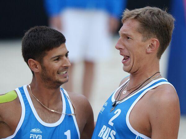 Игроки сборной России по пляжному волейболу Вячеслав Красильников и Константин Семенов (справа) в финальном матче