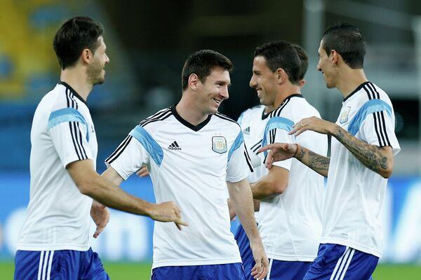 Футболисты сборной Аргентины Мартин Демикелис, Лионель Месси, Макси Родригес и Анхель Ди Мария