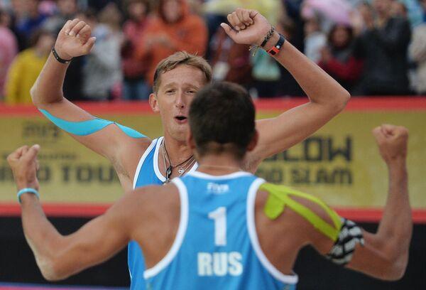 Игроки сборной России по пляжному волейболу Константин Семенов (справа) и Вячеслав Красильников радуются победе в финальном матче мужского турнира