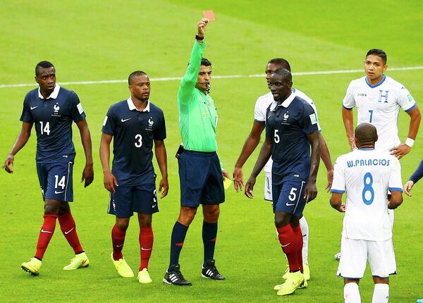 Игровой момент матча Франция-Гондурас