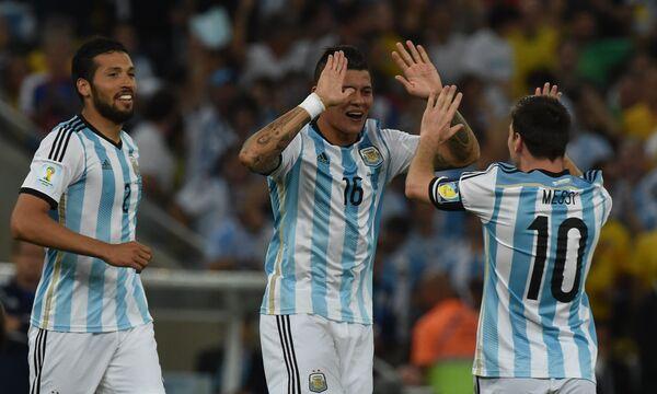 На фото: футболисты сборной Аргентины радуются забитому голу в ворота Боснии и Герцеговины.