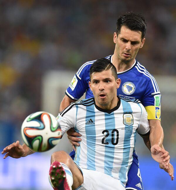 Нападающий сборной Аргентины Серхио Агуэро (на первом плане) и защитник сборной Боснии Эмир Спахич