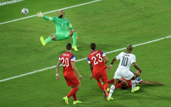 Андре Айю (справа) забивает гол в ворота сборной США