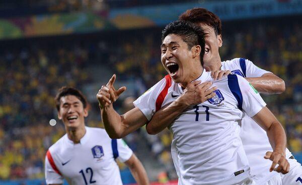 футболисты сборной Южной Кореи радуются забитому голу.