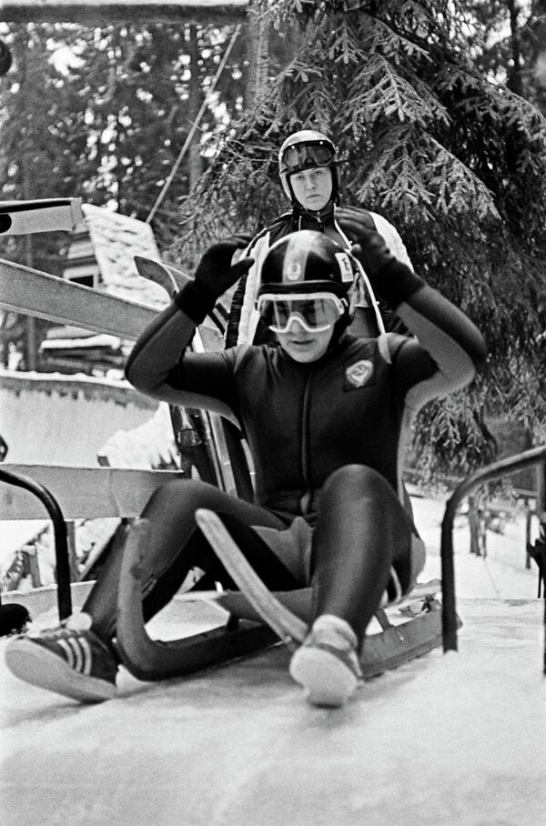 Советская спортсменка Вера Зозуля готовится к заезду