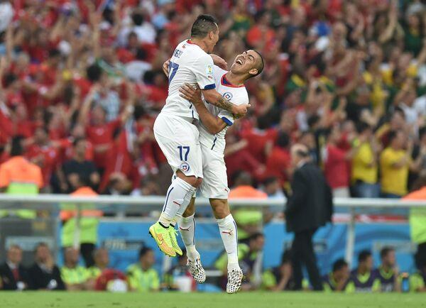 Защитник сборной Чили Гари Медель (слева) и форвард Алексис Санчес радуются голу