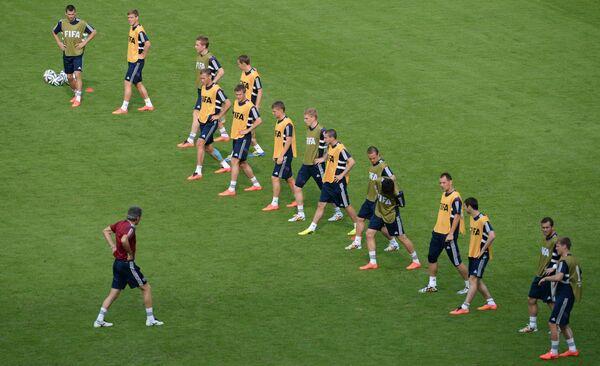 Футболисты сборной России во время тренировки команды на стадионе Маракана в Рио-де-Жанейро