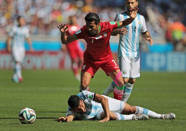 Защитник сборной Аргентины Эсекьель Гарай (слева) и полузащитник сборной Ирана Масуд Шоджаеи