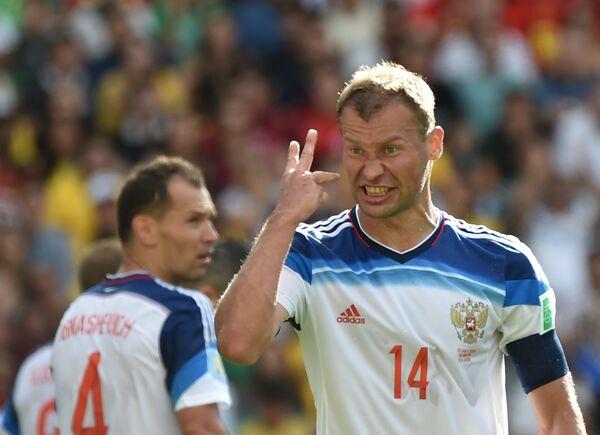 Защитники сборной России Сергей Игнашевич (слева) и Василий Березуцкий