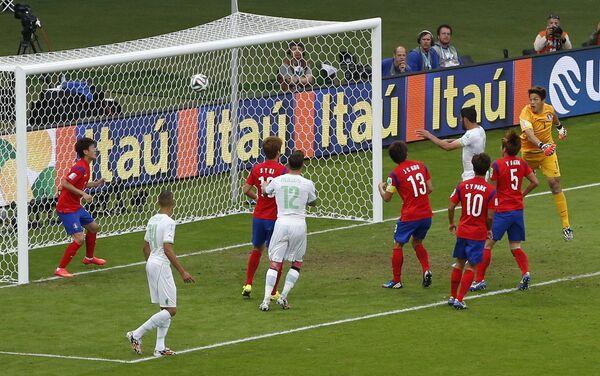 Момент гола алжирцев в ворота сборной Южной Кореи.