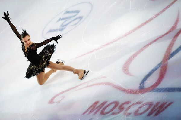 Российская фигуристка Аделина Сотникова принимает участие в показательных выступлениях на чемпионате мира - 2011 по фигурному катанию в Москве